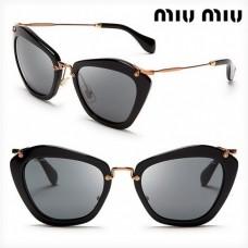 695f56ca6b1b7 Óculos MiuMiu formato cat eye cor preto com detalhes dourado
